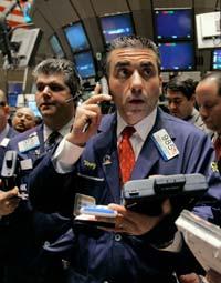 Operadores na sempre agitada Bolsa de Valores de Nova York, onde os mercados livres avaliam as corporações públicas a cada dia útil (Richard Drew/© AP Images)